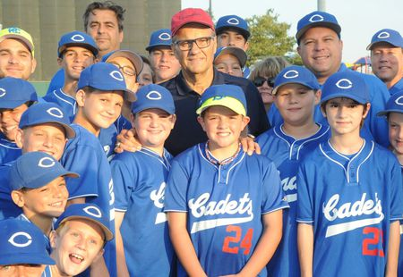 Joe Torre with a young baseball team in 2016